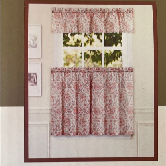 NWT Coral & Ivory Medallion Tier and Valance Set